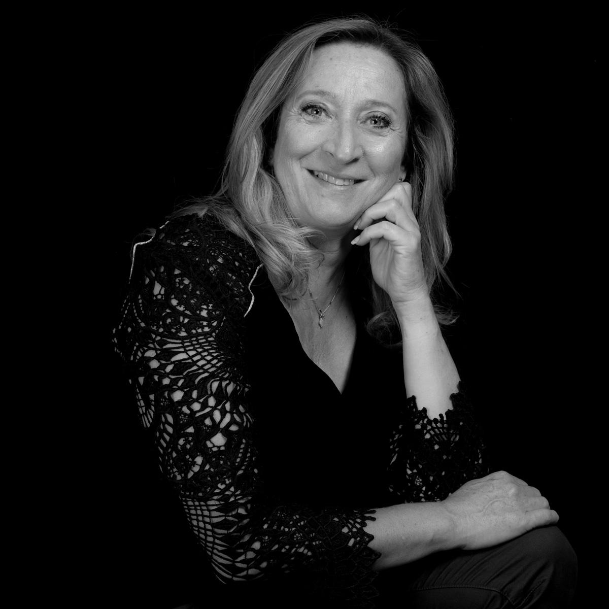 Portrait noir et blanc de Sylvie Hervéou-Pardo - réflexologue
